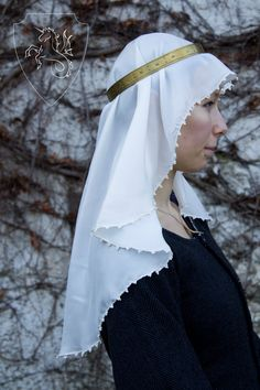 Beautifull 100% silk veil O shaped, with glass pearl beads. Could be worn with many hairstyles and headdresses between 14th and 15th century.