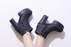 Alerta tendência: SALTO TRATORADO Tap Shoes, Dance Shoes, Rocker Style, N Girls, Beautiful Shoes, Gothic Fashion, Cool Kids, Black Boots, Korean Fashion