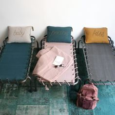 Une chambre et ses lits-de-camp / Bedroom