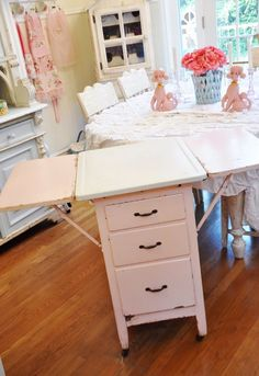 In love with this vintage pie table and wish I could have it.  Image via Sweet Eye Candy Creations from Jan. 31, 2012.