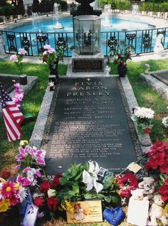 The Meditation Garden at Graceland where the grave of Elvis is situated for the fans. It is placed between his mother and father's grave. Cemetery Monuments, Cemetery Art, Elvis Presley Grave, Graceland Elvis, Meditation Garden, Famous Graves, Celebrity Deaths, After Life, Celebs