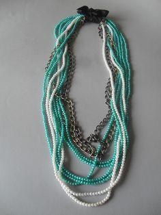 Collar largo con perlitas turquesas y blancas