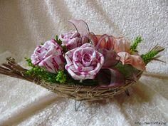 arreglos florales de ramas y papel corrugado