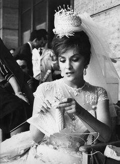 Gina Lollobrigida knitting