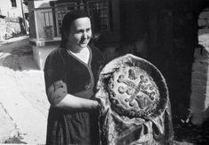 Metsovo Marriage, protoplasto bread by Costas Balafas - Greek Traditional Dress, Greece Photography, Great Photographers, Folk Costume, Old Photos, Monochrome, Nostalgia, The Past, Black And White