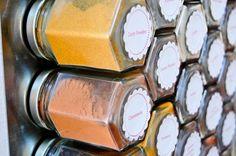 Nouvelle idée de la rédaction ! Pour embellir votre cuisine, on a pensé à une idée hyper simple ! Vous avez besoin : Plusieurs pots en verre (on recycle les vieux pots de confiture) Nos épices colorés, ici soit on prend les épicesKitchen Trotter >> ICI  1 planche aimanté à fixer au mur Une vingtaine de magnets De la colle glue  Le principe... Lire l'article