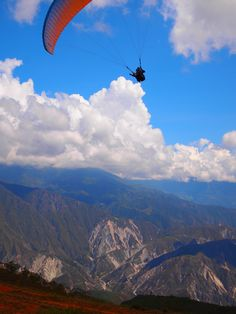 El Parque Nacional del Chicamocha está diseñado para que los turistas que quieren sobrevolarlo, lo hagan de una manera segura. Wallpaper Windows 10, Colombia South America, Paragliding, Skydiving, Vacation Trips, Amazing Places, Travel Ideas, Adventure Travel, The Good Place