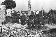 Soldados alemanes se rinden a las tropas soviéticas en Vilna, Lituania. Actualmente Vilna es la capital y ciudad más poblada de Lituania con 554.060 habitantes. La ciudad se encuentra al sureste del país, a unos 30 km de la frontera con Bielorrusia. Lugar: Vilna, Lituania. Fecha: 11 de julio de 1944.