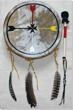 Artisanat Indien Wapika : tambour traditionnel peint, Symbole de la connaissance Lakota: La flèche rouge (nord) représente la sagesse La flèche jaune (est) représente le regard qui voit loin La flèche blanche (sud) représente l'innocence La flèche noir (ouest) représente le regard intérieur