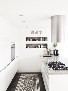 55 Crazy Black and White Kitchen Decor Ideas - About-Ruth Kitchen Dinning, New Kitchen, Kitchen Decor, Kitchen Rug, Dining Room, Stylish Kitchen, Kitchen White, White Kitchens, Kitchen Shelves
