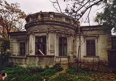 A trecut un an de la demolarea casei Patzelt de pe Str. Christian Tell demolished house in Bucharest Old Abandoned Houses, Abandoned Castles, Abandoned Mansions, Abandoned Buildings, Abandoned Places, Old Houses, Classic Architecture, Architecture Details, Desert Places