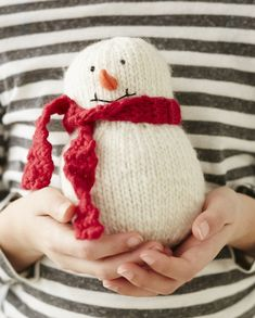Learn how to DIY this adorable knit snowman:
