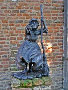 De naam Anna Ceelen is verbonden aan de heksenwaan die Asten in 1595 teisterde. De Astense Ceelen vond op beschuldiging van hekserij op gruwelijke wijze de marteldood door toedoen van de toenmalige heer van Asten: Bernard van Merode. Op de foto hierboven staat overigens niet 'heks' Anna Ceelen afgebeeld maar de heks van 's-Heerenberg. Zij was de laatste heks die in 1805 in Nederland werd verbrand. Klik op de afbeelding voor het hele relaas!