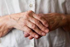 Die rheumatoide Arthritis tritt in der Regel ab dem 60. Lebensjahr auf, es gibt auch Fälle, die früher auftreten und sich nicht als solche zu erkennen geben