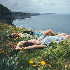 glimlachend:    en nacht werd dag en dag werd nacht dat vond ik echt zo goed bedacht ik wachtte af, verwachtte dat de pijn van nergens thuis te zijn een klein beetje werd verzacht terwijl ik daar lag in het gras alsof ik dacht dat dat genas als ik mijn zorgen hier vergat een klein huisje in m'n hart vond en er verder niet bij stil stond dat ik er eigenlijk niet omheen kon of kan Eefje de Visser - In Het Gras.