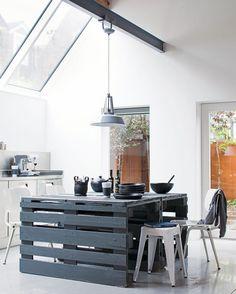 Maak je eigen houten #tafel met pallets. En met de juiste lak gemakkelijk in te passen in een #landelijk #interieur!