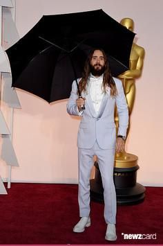 The umbrella is enough for two! Jared +1 :D #JaredLeto at the #Oscars2015