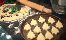 Free stock photo - Baking homemade Christmas cookies with pastry cut out in the shape of traditional Christmas trees arranged on a baking tray to go into the oven Best Lunch Recipes, Sweets Recipes, Baking Recipes, Favorite Recipes, Christmas Cake Pops, Christmas Desserts, Homemade Christmas Cookie Recipes, Vegan Fruit Cake, Vegan Chocolate Cupcakes