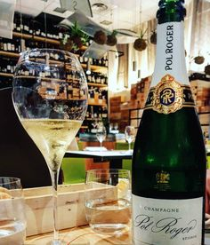 Most of us are guilty of automatically thinking that sparkling wine and champagne are the same beverage. Read on for the main differences! Sparkling Wine Vs Champagne, Sparkling Wine Brands, Champagne Brands, Champagne Region, Champagne Bottles, Pinot Blanc, Pinot Noir, Alcoholic Drinks, Champagne