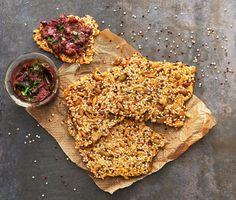 Säg hej till ditt nya mellanmål! Detta krispiga och goda fröknäcke med quinoa är busenkelt att göra. Utöver quinoa innehåller knäcket bland annat sesamfrön, pumpakärnor och solroskärnor som alla bidrar till ett gott och mättande knäcke.