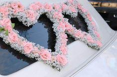 Eine ungewöhnliche aber dennoch sehr schöne Autodeko in Form von zwei Herzen aus rosa Rosen und Schleierkraut.  #autodeko #autoschmuck #brautauto