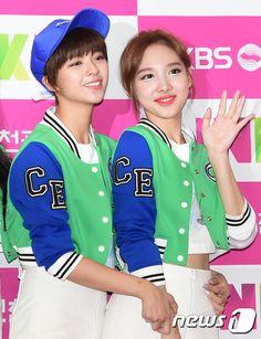 Jeongyeon y Nayeon Kpop Girl Groups, Korean Girl Groups, Kpop Girls, Bts Twice, Twice Kpop, Suwon, Twice Songs, Twice Fanart, Fandom