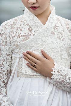 The dress closet Korean Traditional Dress, Traditional Fashion, Traditional Dresses, Korea Fashion, Asian Fashion, Hanbok Wedding, Korea Dress, Modern Hanbok, Korean Wedding