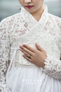The dress closet Korean Traditional Dress, Traditional Fashion, Traditional Outfits, Korea Fashion, Ethnic Fashion, Asian Fashion, Hanbok Wedding, Modern Hanbok, Korea Dress