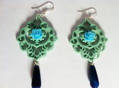 orecchini in resina verde acua ,rosellina centrlae e goccia blu
