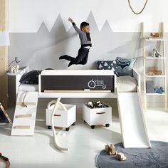 Светлая детская с оригинальной кроватью.