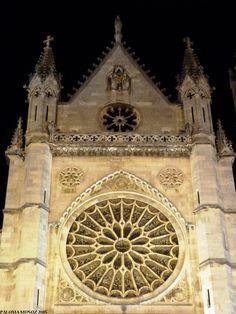 """Fachada de la catedral de León llamada """"La pulchra Leonina"""" bajo la advocación de Santa María de La regla.  construida sobre el solar de un palacio del rey Ordoño II y que fue levantado-a su vez- sobre unas termas romanas. Cathedral of Leon Main facade. Know as """"The Pulchra Leonine"""""""