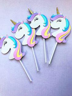 ¿Tener una fiesta temática de unicornio mágico? Tienes que incluir estos toppers de cupcake super adorables unicornio. Los niños serán LVOE estos!! Están hechas de cartulina resistente durará un tiempo. Unicornios medida 4.30 pulgadas desde la parte superior del cuerno inferior