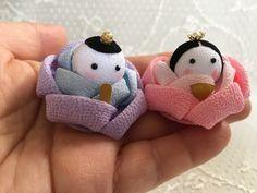 Kanzashi Flowers, Diy Flowers, Fabric Flowers, Doll Crafts, Sewing Crafts, Hina Matsuri, Hina Dolls, Japan Crafts, Japanese Embroidery