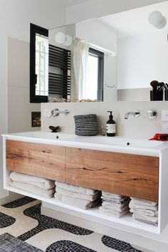 Une salle de bains noire et blanche qui invite au voyage