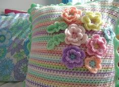 MemeRose: Signs of Spring inside and out. Crochet Flower Patterns, Crochet Motif, Crochet Designs, Crochet Yarn, Crochet Flowers, Crochet Stitches, Free Crochet, Crochet Cushion Cover, Crochet Cushions
