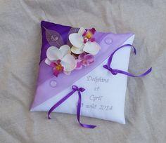 coussin porte alliance violet parme décor fleurs orchidées personnalisé : Autres accessoires par saperlipopette-creations