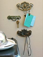 vintage drawer pulls as hooks - photo inspiration - diy version: hang decorative drawer pulls to wall; attach curtain hooks with clips where needed or simply hang glasses from the pull itself! Vintage Drawer Pulls, Vintage Drawers, Old Drawers, Cabinet Drawers, Flea Market Decorating, Decorating On A Budget, Handmade Home Decor, Diy Home Decor, Creation Deco
