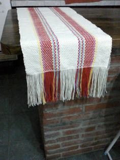 Uurarum - Tejidos Artesanales: caminos de mesa Loom Weaving, Hand Weaving, Rag Rug Tutorial, Crochet For Beginners, Learn To Crochet, Basket Weaving, Textiles, Blanket, Rugs