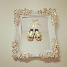 Moldura creme com detalhes no dourado, espelho com sapatinho dourado e detalhes…