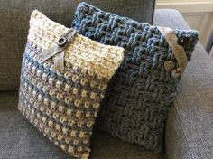 Stoere kussens met kleine sieraccenten. Haaksteken: granietsteek en basket weave. Nodig: dikke wol, haaknaald 10-12 en je fantasie! Ook te koop (Etsy -Haakmadam - deze zijn verkocht) of op verzoek te haken in elke gewenste kleur of dikte!