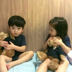 TakadaShi y Sakura Cute Baby Twins, Cute Asian Babies, Korean Babies, Asian Kids, Cute Little Baby, Little Babies, Baby Kids, Ulzzang Kids, Ulzzang Couple