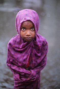 Mumbai, India by Steve Mccurry.LUCHEMOS POR ELLOS Y POR EL FUTURO HERMOSO QUE LES PROMETEMOS.