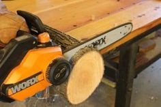 Use a chainsaw to create round disc for both ends of the log bird feeder. Rustic Bird Feeders, Wood Bird Feeder, Bird Feeder Plans, Bird House Feeder, Hanging Bird Feeders, Wood Projects That Sell, Diy Projects, Teapot Birdhouse, Log Candle Holders