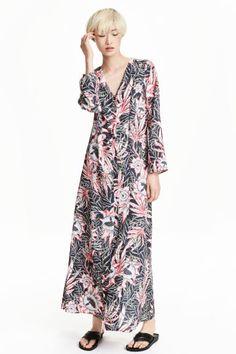 Gemustertes Maxikleid: Langes Kleid aus Viskosestoff mit Musterdruck. Modell mit V-Ausschnitt, Langarm und Seitentaschen. Knopfleiste…