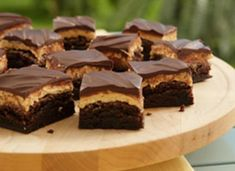 Craving chocolate and sweet peanut butter all wrapped up into one indulgent bar? Start with a no-fail brownie mix, then add layers of peanut butter and melted chocolate chips. Boxed Brownie Recipes, Best Brownie Recipe, Cake Mix Recipes, Peanut Butter Frosted Brownies, Peanut Butter Truffles, Best Brownies, Chocolate Brownies, Melting Chocolate Chips, Craving Chocolate