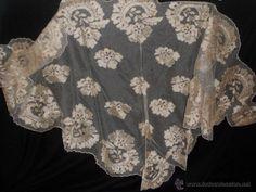 Ref T 43. Mantilla española de tres picos, seda lasa bordada a mano. Años 1900. (Antigüedades - Moda - Complementos - Mujer - Mantones Antig...