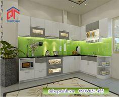 Tủ bếp gỗ công nghiệp màu trắng bạc phối với kính ốp tường màu xanh lá tươi mát.