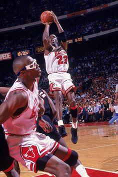Get your Chicago Bulls gear today Basketball Posters, Basketball Pictures, Basketball Legends, Sports Pictures, Nba Basketball, Sports Images, Charlotte Hornets, Sports Illustrated Nba, Michael Jordan Basketball