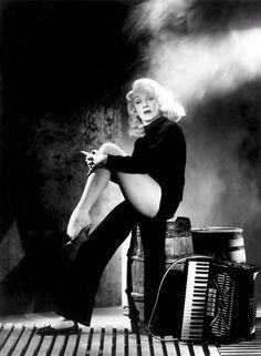 Guauuu! Tiene algo especial,esa mirada,y por supuesto las maravillosas piernas de Marlene...
