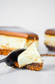 A crunchy Biscoff crust, a creamy cheesecake layer and a generous blanket of Biscoff spread on top. A crunchy Biscoff crust, a creamy cheesecake layer and a generous blanket of Biscoff spread on top. Layered Cheesecake Recipe, Biscoff Cheesecake, Easy No Bake Cheesecake, Cheesecake Recipes, Winter Desserts, Fun Desserts, Delicious Desserts, Best Dessert Recipes, Sweet Recipes